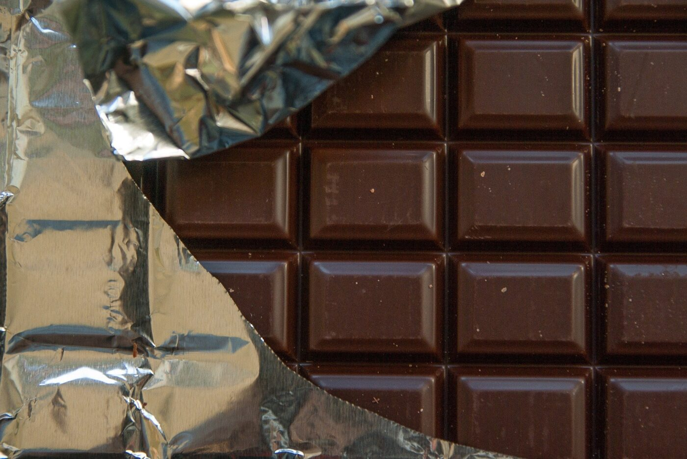 Does dark chocolate have less sugar?
